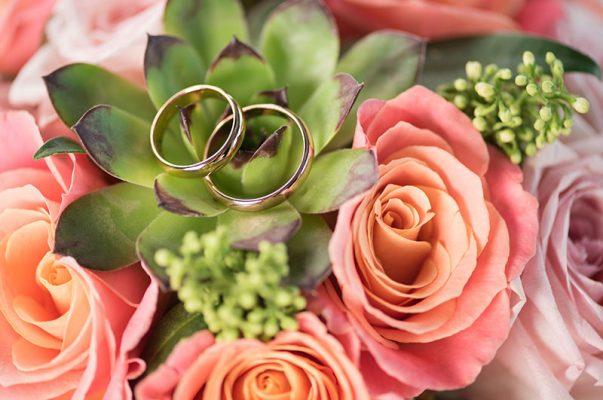 nişan yüzüğünün üzerine alyans takmak